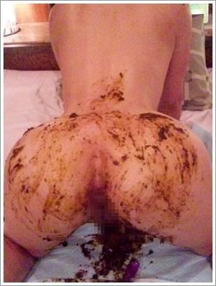 バックの体制で尻にウンコを塗る女