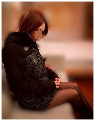 ソファーに座った美女の横顔