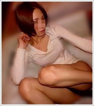 下半身だけ裸になった美女