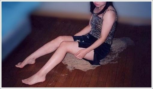 ゲロの上に座る美脚なお姉さんを記念撮影