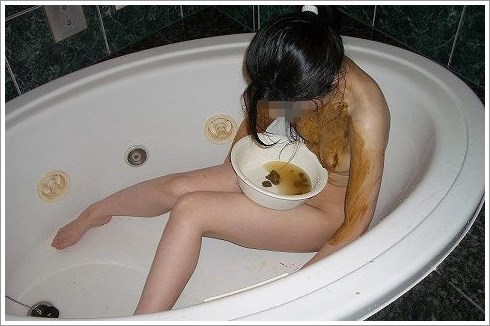 バスタブの中で自分のウンチを食べたり塗ったりする女