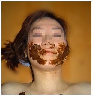 食糞しているスカトロマニアの女の顔写真