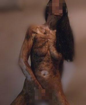 変態女が全身ウンコ塗れで右手でオナニーをしている