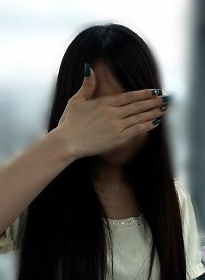 顔を手で隠した24歳の超足が臭い女の写真